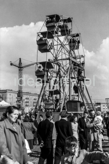 A Ferris wheel and a funfair, Stalowe Estate. Late 1950s.  Młyńskie koło i wesołe miasteczko, na Osiedlu Stalowym. Koniec lat 50. XX w.  Photo by Wiktor Pental/idealcity.pl