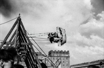 Swings in Swedish Park. In the background: buildings on the Teatralne Estate, on the right: Stalowe Estate. 1950s, Nowa Huta, Kraków.  Huśtawki w Parku Szwedzkim. Na drugim planie zabudowa Osiedla Teatralnego, po prawej Osiedle Stalowe. Lata 50. XXw., Nowa Huta, Kraków.  Photo by Henryk Makarewicz/idealcity.pl