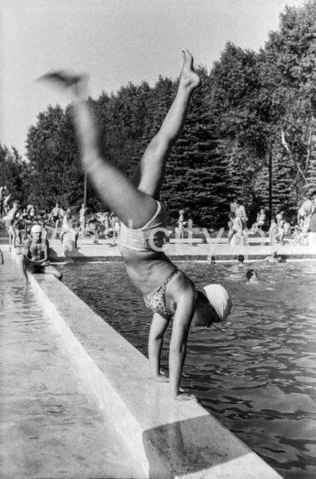 Swimming pool by the tobacco factory in Czyżyny. 1950s.  Basen przy wytwórni papierosów w Czyżynach. Lata 50. XX w.  Photo by Wiktor Pental/idealcity.pl