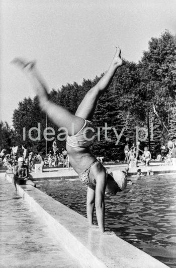 Swimming pool by the tobacco factory in Czyżyny. 1950s.  Basen przy wytwórni papierosów w Czyżynach. Lata 50. XXw.  Photo by Wiktor Pental/idealcity.pl