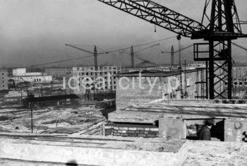 Construction of the Urocze Estate; on the left: Teatr Ludowy. Secod half of the 1950s.  Budowa Osiedla Uroczego, po lewej w głębi budynek Teatru Ludowego. Druga połowa lat 50. XX w.  Photo by Wiktor Pental/idealcity.pl
