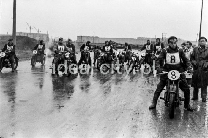 Start wyścigu motocyklowego, teren Osiedla Spółdzielczego. Lata 50. XXw.   fot. Wiktor Pental/idealcity.pl