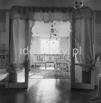 Inside a nursery in Nowa Huta – possibly on the Słoneczne Estate. 1950s.  Wnętrze żłobka w Nowej Hucie – prawdopodobnie na Osiedlu Słonecznym, lata 50. XX w.  Photo by Wiktor Pental/idealcity.pl