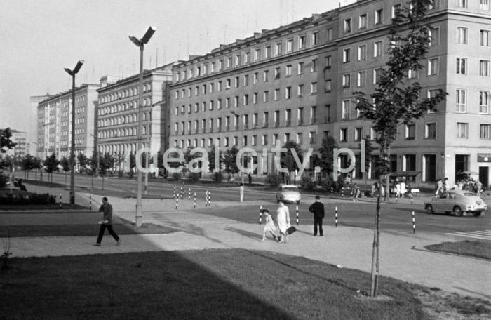 Skrzyżowanie alei Róż i alei Przyjaźni Polsko-Radzieckiej (obecnie aleja Przyjaźni) w kierunku domów mieszkalnych z lokalami handlowo-usługowymi na osiedlu Centrum B (B-31), z tyłu, po lewej stronie, budynek mieszkalny na osiedlu Hutniczym (A-33), lata 60.  fot. Henryk Makarewicz/idealcity.pl