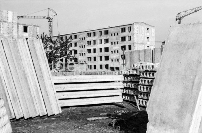 Construction of residential blocks on the Ugorek Estate in Kraków. 1960s.  Budowa bloków na Osiedlu Ugorek w Krakowie. Lata 60. XX w.  Photo by Henryk Makarewicz/idealcity.pl