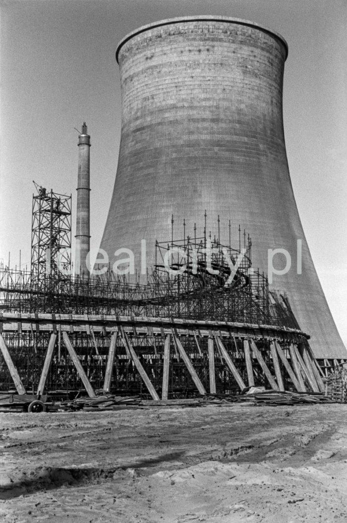 Kombinat metalurgiczny im. Lenina, budowa szalunków oraz prace zbrojeniowe pod budowę chłodni kominowej przy siłowni na Wydziale Wielkich Pieców. Chłodnie kominowe służyły do schładzania wody w tych zakładach przemysłowych i energetycznych, które nie miały możliwości użycia do chłodzenia wody z rzeki, morza czy jeziora. Miały formę budowli żelbetowej, wyposażonej w wysoki komin wymuszający przepływ powietrza, który umożliwiał chłodzenie wody. Ochłodzona woda zbierała się w basenie zbiorczym na dnie chłodni, skąd była zasysana przez pompy obiegowe. Woda krążyła w systemie zamkniętym, stanowiąc czynnik chłodzący skraplacze.  fot. Henryk Makarewicz/idealcity.pl