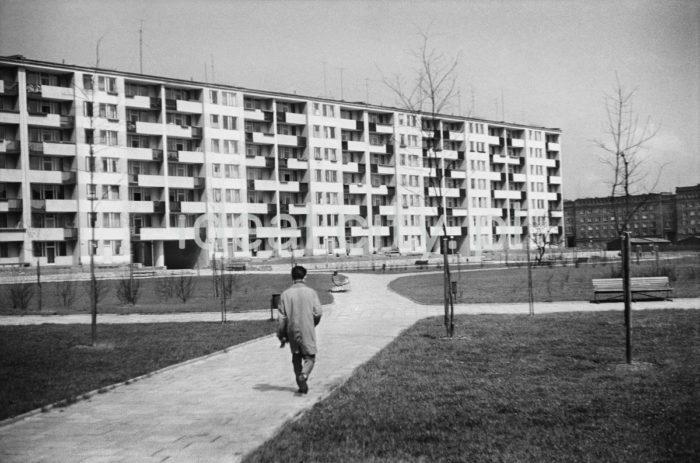 """Swedish Block – a modernist residential building (designed after 1956) on the B-32 (Szklane Domy) Estate. In the background, on the right: fragment of the B-1 (Szkolne) Estate. Late 1950s.  """"Blok szwedzki"""" - modernistyczny budynek mieszkalny (zaprojektowany po 1956 roku) na osiedlu B-32 (Szklane Domy), w tle, po prawej fragment osiedla B-1 (Szkolne), koniec lat 50.  Photo by Henryk Makarewicz/idealcity.pl"""