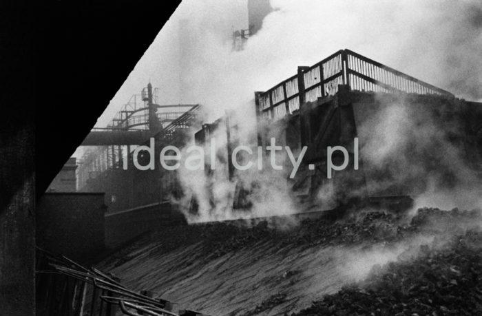 Kombinat metalurgiczny im. Lenina, bateria koksownicza – wsypywanie koksu do wagonów, lata 60. XXw. Koks wykorzystywany jest przede wszystkim w wytopie żelaza w wielkich piecach. Do koksowania węgla kamiennego służyły piece koksownicze wynalezione w latach 40. Zestaw takich pieców nazywał się baterią koksowniczą.   fot. Henryk Makarewicz/idealcity.pl