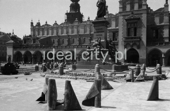 Paving refurbishment in Main Market Square in Kraków. 1960s.  Remont nawierzchni Rynku Głównego w Krakowie, lata 60. XX w.  Photo by Henryk Makarewicz/idealcity.pl