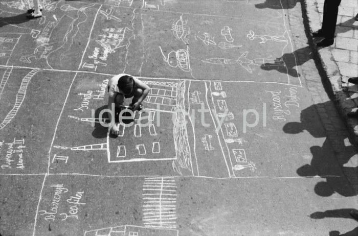 Konkurs rysunków na asfalcie podczas Dni Sportu i Młodości, aleja Przyjaźni Polsko-Radzieckiej (obecnie aleja Przyjaźni), maj 1963.  fot. Henryk Makarewicz/idealcity.pl