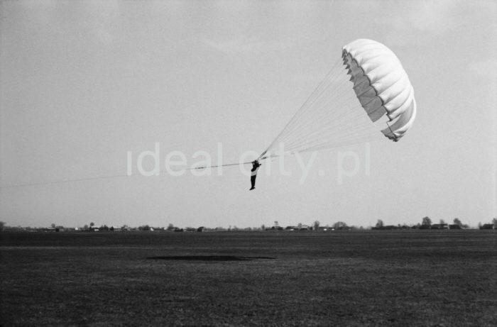 Parachutist at the aero club in Pobiednik.  Spadochroniarz na lotnisku aeroklubu w Pobiedniku.