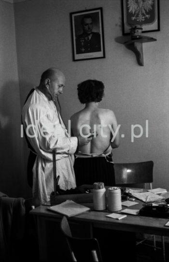 Medical examination at a health centre.  Badania lekarskie w przychodni zdrowia.