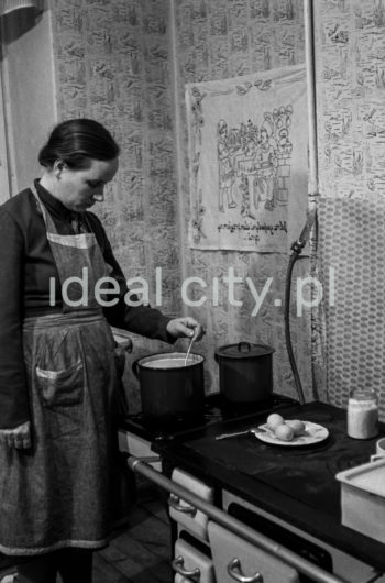 First meal in a new apartment. Wandy Estate. Early 1950s.  Pierwszy posiłek w nowym mieszkaniu, Osiedle Wandy, początek lat 50. XX w.  Photo by Wiktor Pental/idealcity.pl