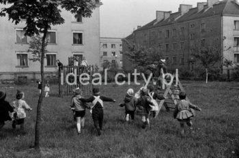 Common area on the Wandy Estate. 1950s.  Podwórko na Osiedlu Wandy. Lata 50. XX w.  Photo by Wiktor Pental/idealcity.pl