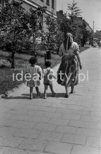 A Roma woman with children in a street in Nowa Huta, ca. 1953. Left: Wandy Estate.