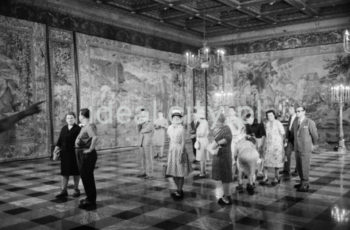 Visiting the Wawel Royal Castle. 29 June 1964.  Zwiedzający w komnatach królewskich na Wawelu, 29 czerwca 1964 r.  Photo by Henryk Makarewicz/idealcity.pl