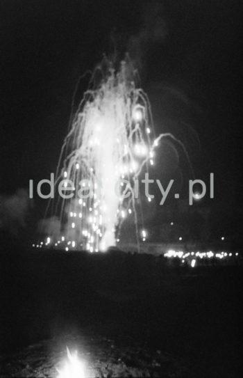 Fireworks at the Wianki holiday, by the River Vistula near the Wawel Castle. The mass event is organised to celebrate the summer solstice. 1960s.  Pokaz ogni sztucznych w trakcie Wianków, nad Wisłą pod Wawelem, imprezy masowej organizowanej w okolicach najkrótszej nocy w roku. Lata 60. XX w.  Photo by Henryk Makarewicz/idealcity.pl