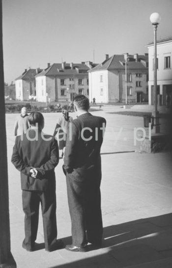 Plac Pocztowy (Post Office Square) on the Willowe Estate. 1950s.  Plac Pocztowy na Osiedlu Willowym, lata 50. XX w.  Photo by Henryk Makarewicz/idealcity.pl