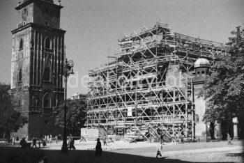 Renovating the Kraków Cloth Hall (Sukiennice). 1960s.  Remont Sukiennic, lata 60. XX w.  Photo by Henryk Makarewicz/idealcity.pl