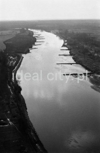 The River Vistula outside Nowa Huta. 1960s.  Okolice Wisły na wysokości Nowej Huty. Lata 60. XX w.  Photo by Henryk Makarewicz/idealcity.pl