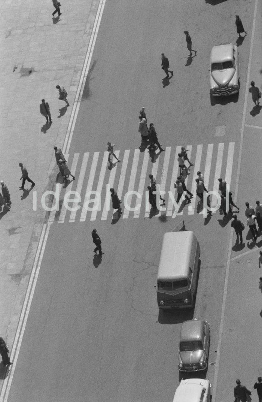 Płyta Rynku Głównego widziana z wieży Kościoła Mariackiego. Lata 60. XXw.  fot. Henryk Makarewicz/idealcity.pl