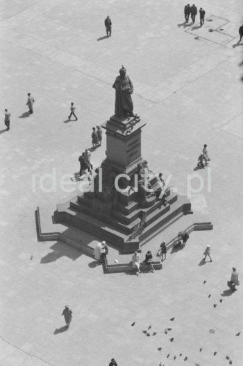 Main Market Square viewed from St Mary's Church Tower. 1960s.  Płyta Rynku Głównego widziana z wieży Kościoła Mariackiego. Lata 60. XX w.  Photo by Henryk Makarewicz/idealcity.pl