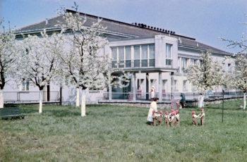 Nursery on the Willowe Estate. Colour photography. 1950s.  W żłobku na Osiedlu Willowym. Fotografia barwna. Lata 50. XX w.  Photo by Wiktor Pental/idealcity.pl