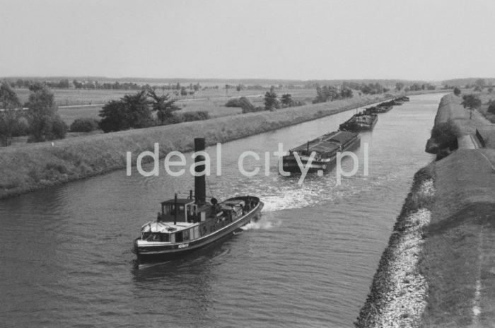 Transport rzeczny węgla. Lata 60. XXw.  fot. Henryk Makarewicz/idealcity.pl