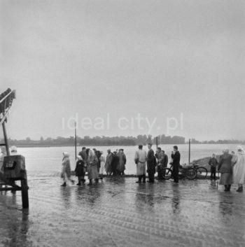 Rajd samochodowy w okolicach Nowej Huty, lata 60. XX w.  fot. Wiktor Pental/idealcity.pl