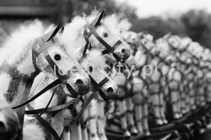 Obwoźny sprzedawca koników bujanych, Szczawnica 1959r.  fot. Henryk Makarewicz/idealcity.pl