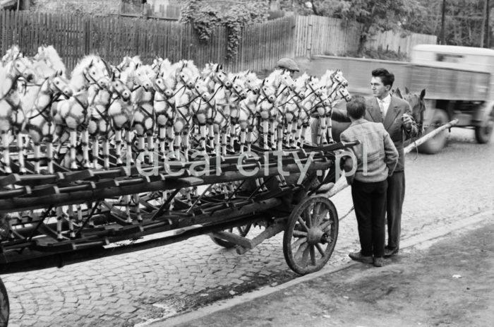 Door-to-door salesman of rocking horses, Szczawnica 1959.  Obwoźny sprzedawca koników bujanych, Szczawnica 1959 r.  Photo by Henryk Makarewicz/idealcity.pl