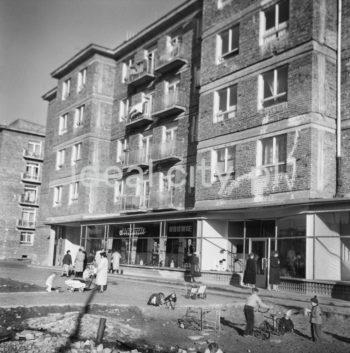 Budynek mieszkalny z lokalami usługowymi na osiedlu B-33 (Słoneczne), koniec lat 50. XXw.  fot. Wiktor Pental/idealcity.pl