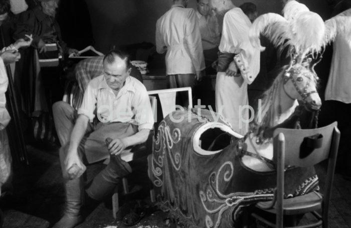 The Lajkonik preparing for annual celebrations. Late 1960s.  Lajkonik przygotowuje się do corocznego obchodu, koniec lat 60. XX w.   Photo by Henryk Makarewicz/idealcity.pl