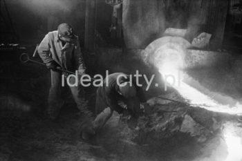 Spust surówki wielkopiecowej, Chorzów. 6.12.1948  fot. Henryk Makarewicz/idealcity.pl