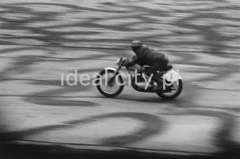 Zawody motocyklowe na pasie dawnego lotniska w Czyżynach. Lata 50. XXw.  fot. Wiktor Pental/idealcity.pl