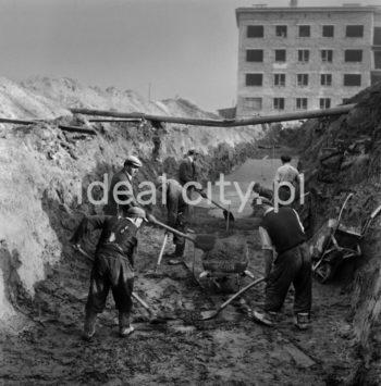 Grupa robotników przy pracach ziemnych na placu budowy w Nowej Hucie, lata 50r.  fot. Wiktor Pental/idealcity.pl