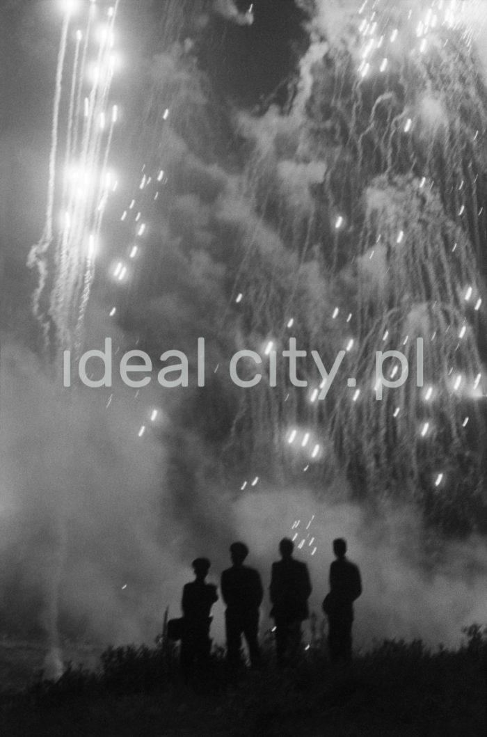 Fireworks at the Wianki holiday, by the River Vistula near the Wawel Castle. The mass event is organised to celebrate the summer solstice. 1960s.  Pokaz ogni sztucznych w trakcie Wianków, nad Wisłą pod Wawelem, imprezy masowej organizowanej w okolicach najkróstszej nocy w roku. Lata 60. XX w.  Photo by Henryk Makarewicz/idealcity.pl
