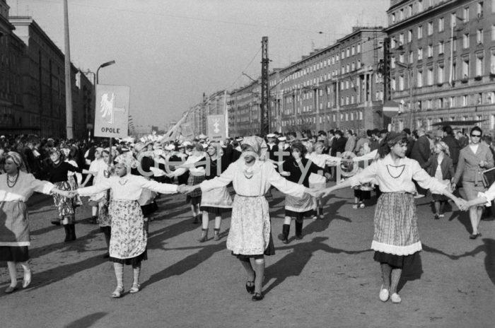 Dni Młodości i Sportu w Nowej Hucie, dzieci i młodzież w okolicach Placu Centralnym, w tle budynki na Osiedlu Centrum A(po prawej) i Centrum B(z lewej). W latach 1956-1978 organizowano w Nowej Hucie Dni Młodości. Głównym organizatorem był Zakładowy dom Kultury Huty im. Lenina, który miał swoją siedzibę w budynku na osiedlu C-2 Południe (Górali) oraz inne instytucje kultury, Jednym z punktów programu Dni Młodości był barwny korowód dzieci i młodzieży przechodzący przez centrum Nowej Hurty, występy zespołów artystycznych oraz ogniska, 1965r.  fot. Henryk Makarewicz/idealcity.pl