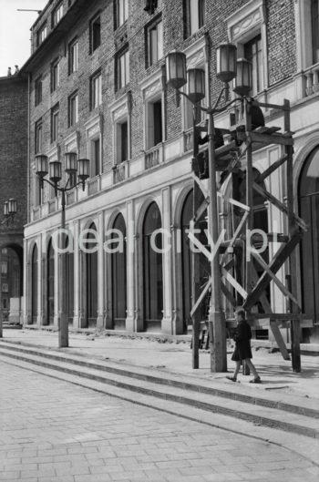 Fragment zabudowy osiedla B-31 (Centrum B) z charakterystycznymi oknami wystawowymi lokali usługowych oraz latarniami, l.50.XX w.  fot. Wiktor Pental/idealcity.pl