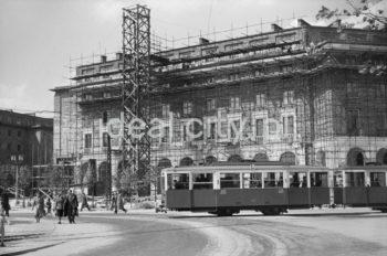 Plac Centralny, widok na budynek mieszkalny (z rusztowaniami) na osiedlu B-31 (Centrum B), l.50.XX w.  fot. Wiktor Pental/idealcity.pl