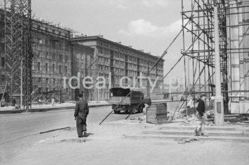 Widok na budynki mieszkalne na osiedlu B-31 (Centrum B) na alei Lenina (obecnie alei Solidarności), w tle widoczne osiedle B-1 (Szkolne), l.50.XX w.  fot. Wiktor Pental/idealcity.pl