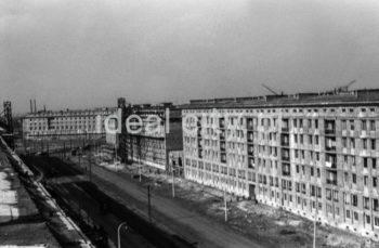 Widok z osiedla A-31 (Centrum A) w kierunku budynków mieszkalnych na osiedlu B-31 (Centrum B) na alei Lenina (obecnie alei Solidarności), w tle widoczny Plac Centralny oraz osiedle D-31 (Centrum D), l.50.XX w.  fot. Henryk Makarewicz/idealcity.pl