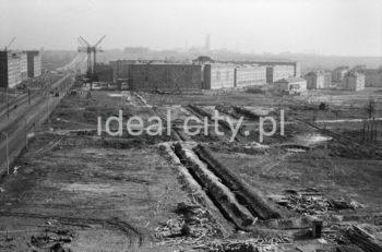 Widok na oś wyznaczoną przez dzisiejszą aleję Solidarności – po jej lewej stronie widoczne fragmenty osiedla Szkolnego (B-1), po prawej osiedle Stalowe (A-11) sąsiadujące z niższą zabudową osiedla Willowego (A-1 Północ). Na pierwszym planie jeszcze niezabudowane tereny, na których wyrosną osiedle Hutnicze (A-33) i Centrum A (A31).  fot. Henryk Makarewicz/idealcity.pl