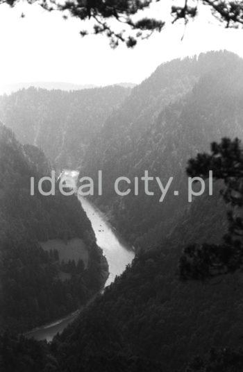 Widok ze szlaku na Trzy Korony w Pieninach. Lata 60. XXw.  fot. Henryk Makarewicz/idealcity.pl