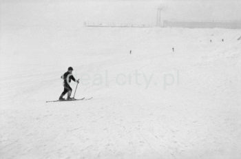 Zima na Skarpie i Łąkach Nowohuckich. Lata 60. XXw.  fot. Henryk Makarewicz/idealcity.pl
