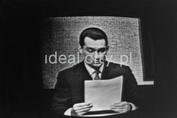 Prezenter TVP czyta dowcip, lata 60. XXw.  fot. Wiktor Pental/idealcity.pl