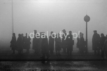 Przystanek tramwajowy przy Placu Centralnym. Lata 50. XXw.  fot. Henryk Makarewicz/idealcity.pl