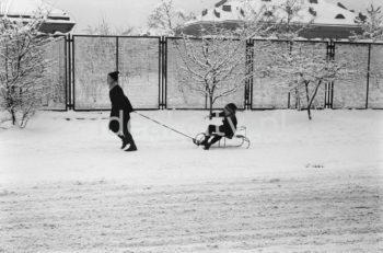 Zima w Nowej Hucie, Osiedle na Skarpie. Lata 60. XXw.  fot. Henryk Makarewicz/idealcity.pl