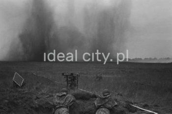 Ćwiczenia wojskowe na poligonie, na krakowskim Pasterniku. Lata 60. XXw.  fot. Henryk Makarewicz/idealcity.pl