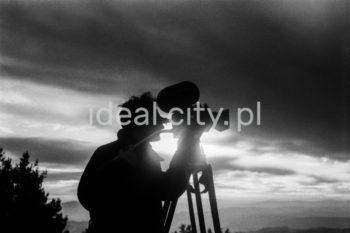 Operator Polskiej Kroniki Filmowej  na planie filmowym. Lata 60. XXw.  fot. Henryk Makarewicz/idealcity.pl